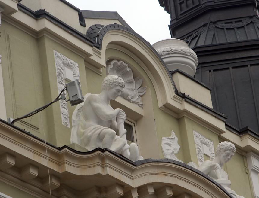 Проф. Марин Василев е изваял статуите по фасадата на Банка ДСК.
