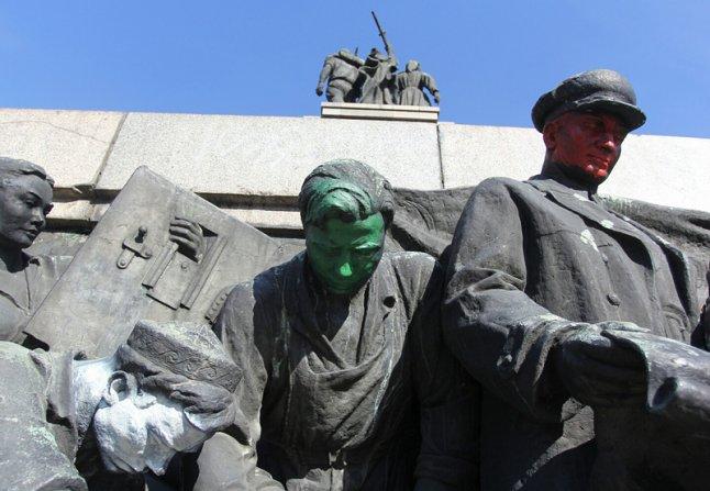 """Днес народът често демонстрира отношението си към паметника с """"художествени"""" акции."""