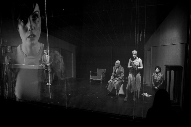 """""""Четвъртата стена"""" на сцената е изградена от прозрачен прожекционен екран."""