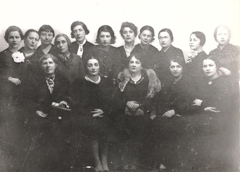 Дора Габе (на първия ред втора отляво надясно) сред дамите от Клуба на българските писателки - Евгения Марс, Магда Петканова, Калина Малина, Елисавета Багряна, Мария Грубешлиева, Ана Каменова, Фани Попова-Мутафова.