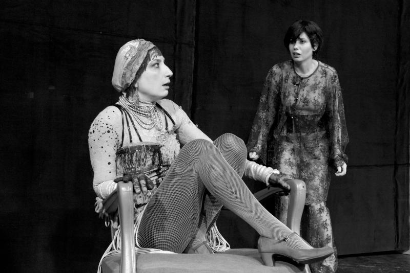 """Снежина Петрова и Илиана Коджабашева в сцена от """"Каквато ти ме искаш"""""""
