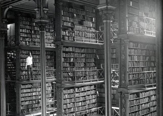 Вселената, която някои наричат Библиотека... На снимката: Библиотеката в Синсинати през 50-те години на миналия век.  - Вавилонската библиотека на Борхес – в интернет