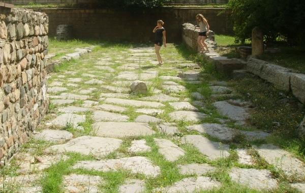 """Запазена римска улица край Ротондата """"Свети Георги"""" във вътрешния двор на Президентството."""