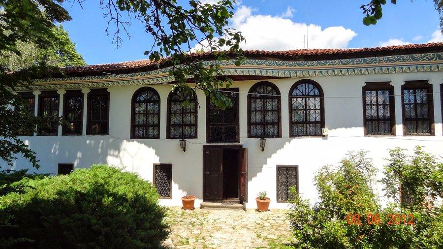 Т.нар. Сарафска къща в Самоков е била собственост на фамилията Арие.