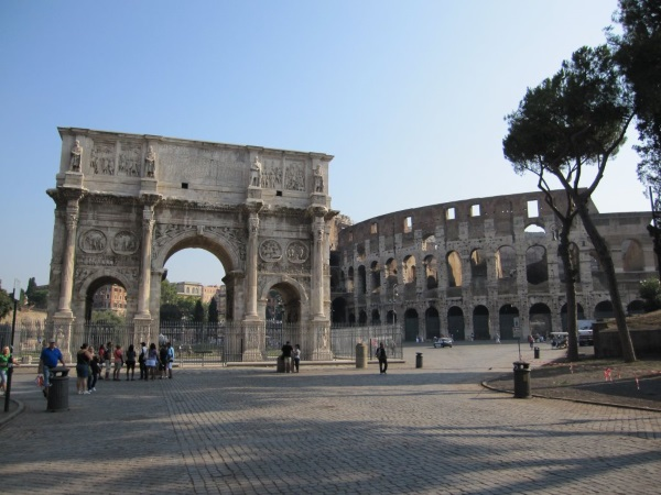 Арката на Константин в Рим до Колизеума