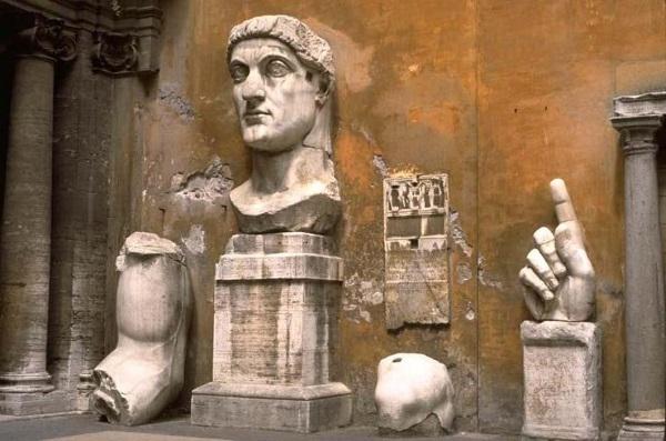 Останки от огромна статуя на император Константин в Рим