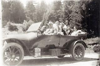 Един от автомобилите на Арие, 1928 г. На преден план е Леон Арие, шофьорът на Леон е убит при опит за атентат срещу Арие през 1931 г.