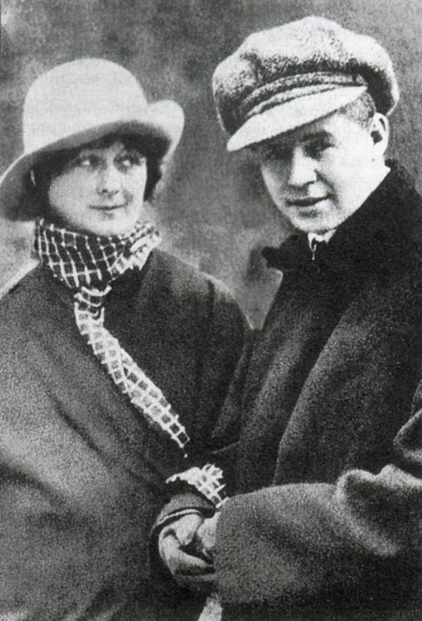 Сергей с третата си съпруга – американската танцьорка Айседора Дънкан. 17 години по-възрастна от него, тя има дълъг списък от съпрузи, любовници и семейни трагедии.