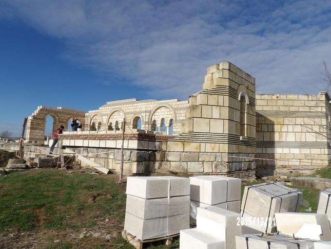 Голямата базилика в Плиска расте ли, расте. Снимка: НИМ - Божидар Димитров реставрира и Уикипедия