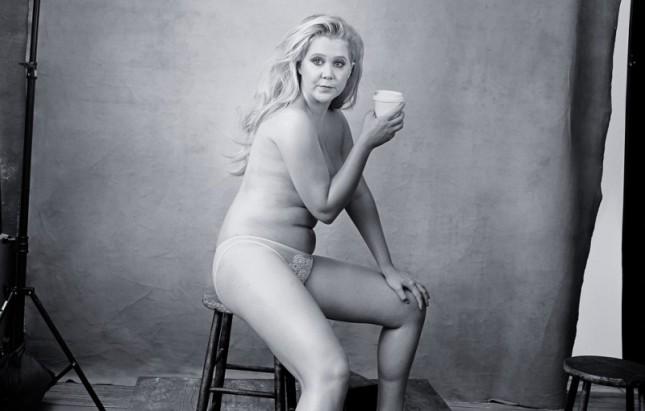 Комедийната звезда Ейми Шумър, близка приятелка с Дженифър Лоурънс и една от най-забавните и талантливи жени в Холивуд, се съблече за календара. Снимки: Ани Лейбовиц - Сапиосексуални. Красотата е въпрос на интелект