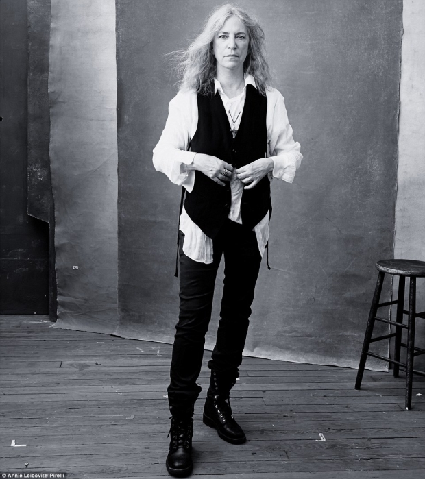 Легендарната Пати Смит (68) с музикални и литературни награди, е облечена в традиционния си рокерски стил.