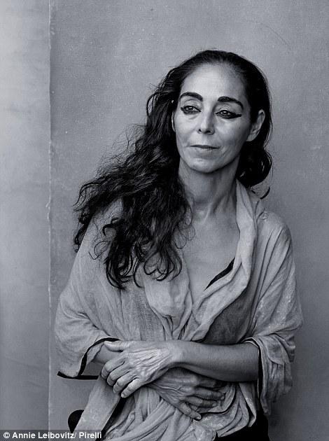 Ширин Нешат отрасва в Иран преди Ислямската революция, а сега прави снимки и филми за живота на жените в ислямската теокрация.