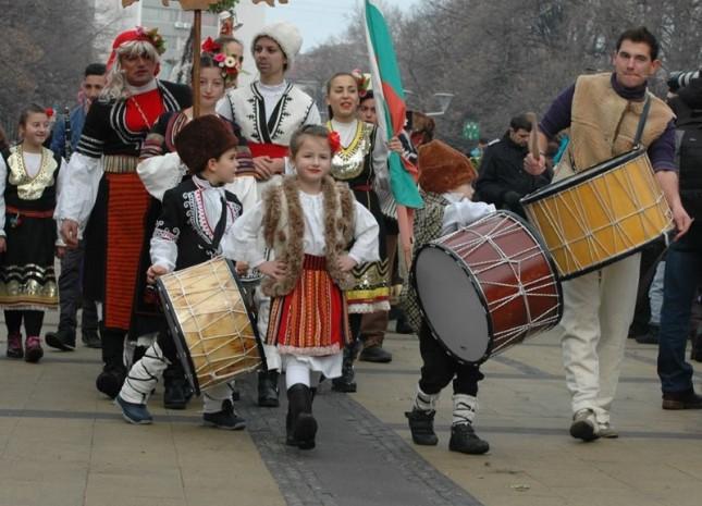 Начело бе фолклорът, отзад - чалгата. Снимки: Емил Георгиев, Иван Салабашев и Гергана Димитрова - Сурва в Перник, или как фолклорът се превръща в чалга (снимки)