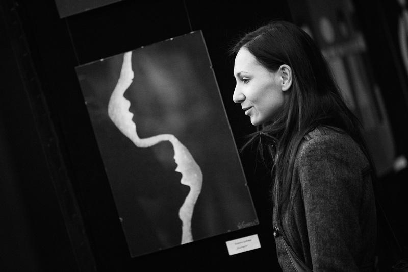 Наградените автори на най-силните творби ще могат да посетят Европейския парламент в Брюксел, по покана на Мария Габриел, под чийто патронаж се провежда изложбата.