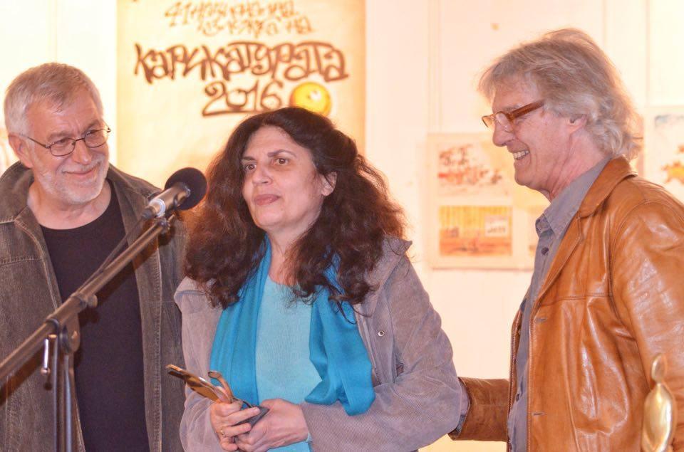 Носителката на Голямата награда на СБХ Диляна Николова в компанията на председателя на секция Карикатура в СБХ Любомир Михайлов (вляво) и Георги Чалъков