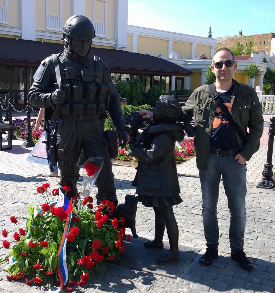 Петър Волгин позира в Симферопол, докато светът гледа към Изео. Снимка: Темелко Темелков, Фейсбук