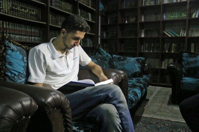 Обсадата на Дарая от правителствени и проасадски сили започна преди близо четири години. Оттогава Анас Ахмад и други доброволци, много от които бивши студенти, чието следване е спряло заради войната, са събрали повече от 14 хиляди книги на всяка тема, която можем да си представим.