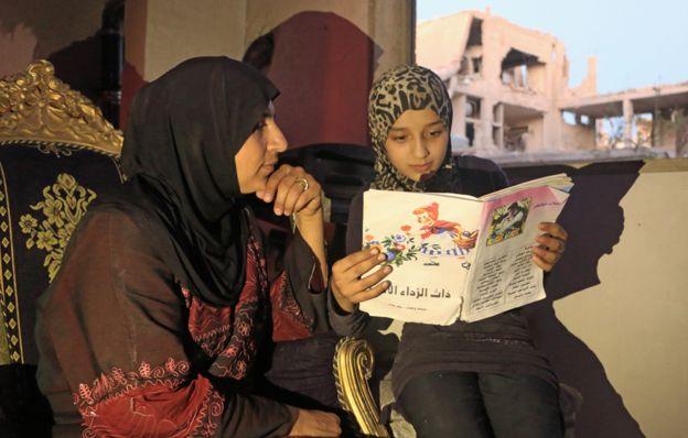 Ислам чете на майка си.