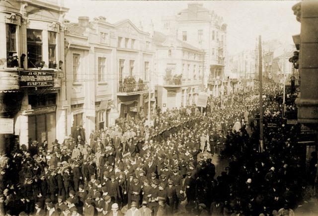 Хиляди пловдивчани излезли по улиците на града, щастливи от събитието.