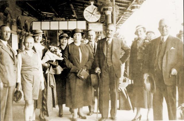 Димитър Кудолу и съпругата му на жп гарата