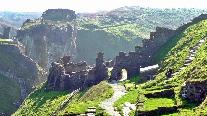 Замъкът Тинтаджъл от XIII век, доскоро неправилно популярен като родното място на Артур - защото е построен 800 г. след краля. - Откриха двореца на крал Артур, отново