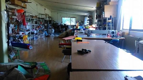 Работилницата за делтаплани на Антон е подредена като аптека.