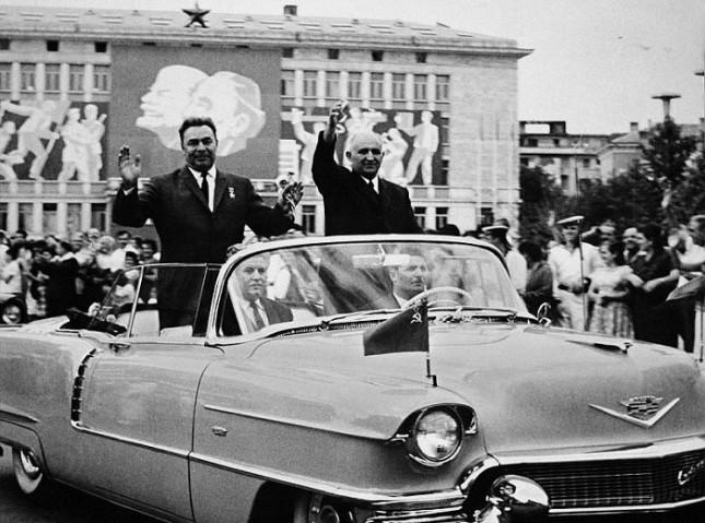 Тодор Живков и Леонид Брежнев на соцпарад в лош империалистически кадилак. - Да жЕвее бойният празник на свободата!