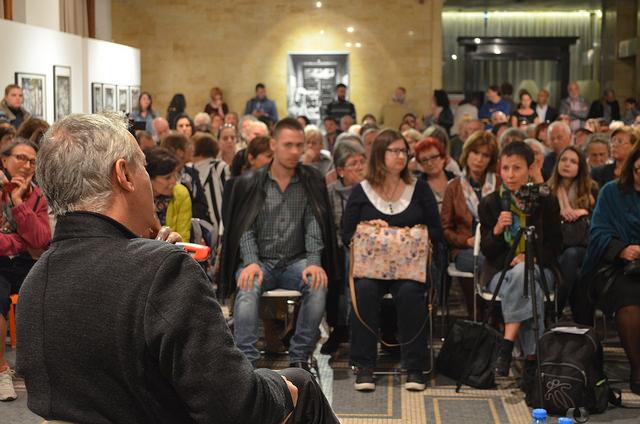 Илия Троянов слуша въпрос от публиката