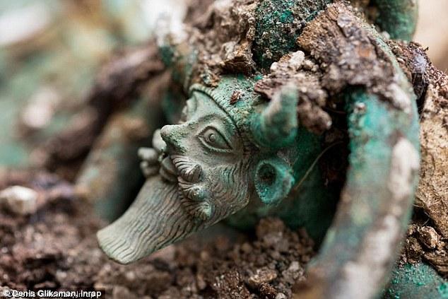 Детайл - глава на речно божество от етруския котел в гробницата от Лаво. - Загадка около кралска келтска гробница във Франция