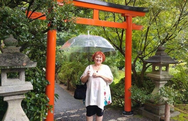 """Актрисата Нина Димитрова в красивата градина на храма """"Рьоанджи"""" в Киото, Япония. Снимки: Личен архив - Дзен театърът на Нина Димитрова до Япония и назад"""