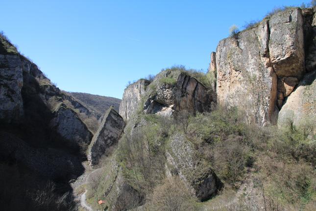 Обходът на долината отнема около 4 часа.