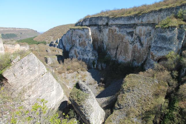 Гигантски каменни блокове са нахвърляни в каньона.