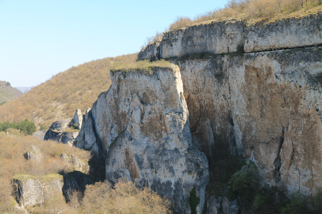 Отсечената скала и Гъдулката (долу вдясно).
