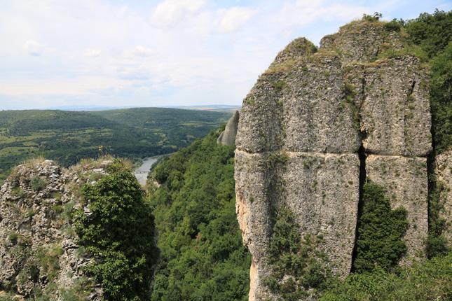 Конусообразните и стълбовидни образувания са в близост до връх Кокала.