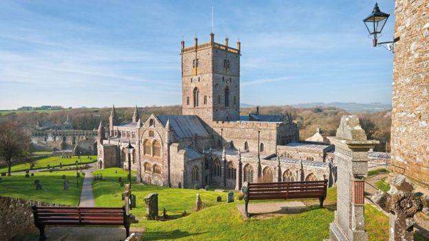 Катедралата в Сейнт Дейвидс - най-малкият град във Великобритания, с население от близо 1800 души - графство Пембрукшър, е популярна туристическа дестинация. Снимка: Правителството на Уелс - Година на легендите в Уелс с истории за Артур и Мерлин