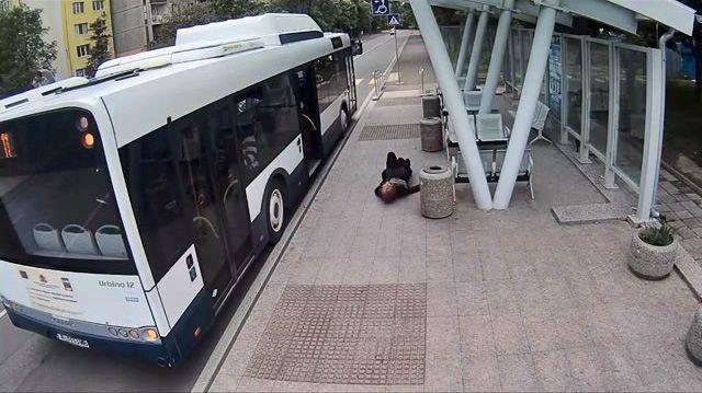 72-годишна жена е със счупен таз, след като младеж я изрита в гърба на автобусна спирка в Бургас. Снимка: Стоп кадър от охранителна камера - #ИскаПлаче