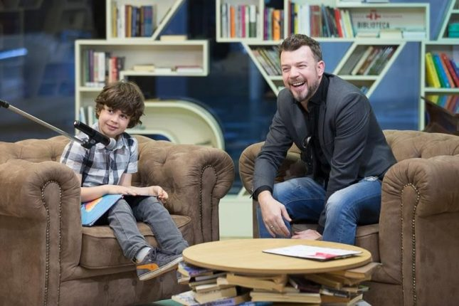 Актьорът Даниел Ангелов и синът му Мони на откриването на Националната седмица на детската книга. - Сладоледена реторика за млади писатели