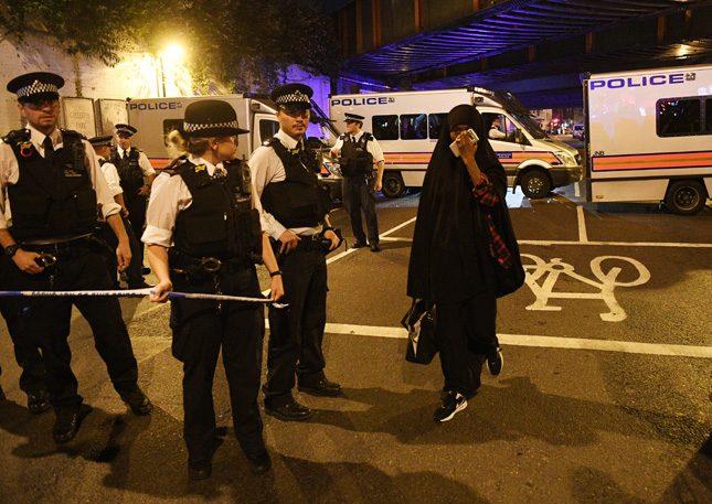 Микробусът се е врязъл в хората около 20 минути след полунощ местно време. Снимка: ЕПА/БГНЕС - Пореден терор в Лондон – един е убит край джамия