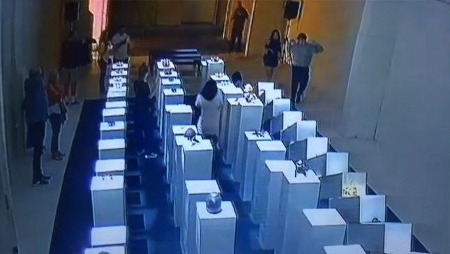 Въпреки инцидента галерията не възнамерява за в бъдеще да предупреждава посетителите да са по-внимателни. - Домино-катастрофа след селфи в галерия (видео)