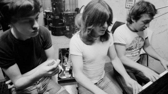 Тримата братя Йънг - Ангъс, Малкълм и Джордж  през 1973 г. Снимка: AC/DC - Почина Джордж Йънг, един от създателите на AC/DC