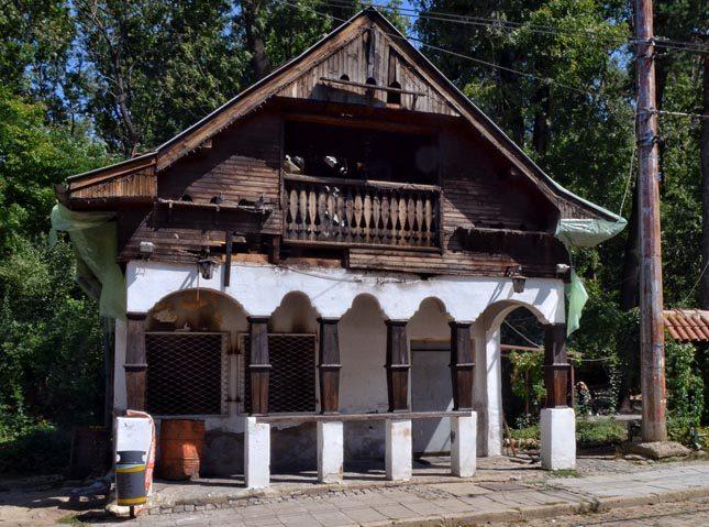 """Спирка """"Вишнева"""" е паметник на културата и общината следва всички законови предписания във връзка с ремонта ѝ. Снимка: Емил Георгиев - Ето защо се бави бързият ремонт на спирка """"Вишнева"""""""