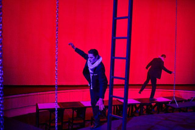Началото е бавно – в ритъма на мистериозна, мрачна и изпълнена с тревожност музика на сцената виждаме как ходещият човек всеки момент сякаш ще загуби равновесие и ще се строполи. Снимки: Павел Червенков - Когато Шекспир срещне Гео Милев