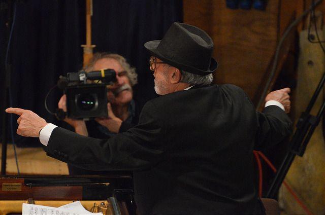 Октомври 2014 г., зала България: Милчо Левиев пред камерата на Андрей Чертов. Снимка: Емил Георгиев - Адвокат: Режисьорът би могъл да спре филма за Милчо Левиев