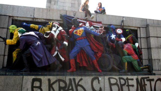 Авторите на боядисването на Паметника на Съветската армия преди няколко години биха били глобени с между 100 и 300 лева за деянията си, ако новата наредба за обществения ред бе в сила. Снимка: БГНЕС, архив - 100 лв. глоба за боядисване на паметник