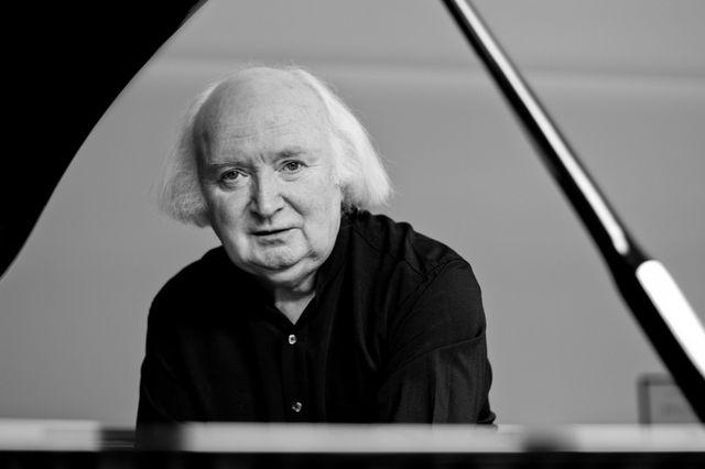 """За изпълнението на Михол O'Рурк на Третия концерт на Рахманинов """"Бостън Глоуб"""" казва, че е """"виртуоз, свирещ с простотата на детско пеене"""".  Снимка: Софийска филхармония - """"Кадифено туше"""" на пианото в Зала """"България"""""""