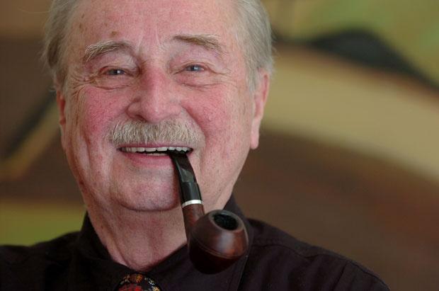 """""""Той мисли по начина, по който другите сънуват"""", казва за Милорад Павич (на снимката) американският критик Робърт Кувър.  - Наръчникът на Павич за гадаене"""