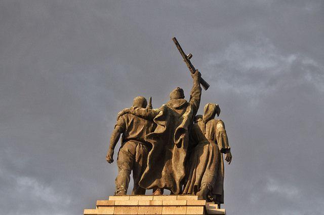 Всъщност Съветската армия нахлува в България около година след спасяването на българските евреи - за да помогне да комунистите да узурпират държавната власт. Снимка: Емил Георгиев - Русия: Ние спасихме евреите ви, а вие ни осквернявате паметника