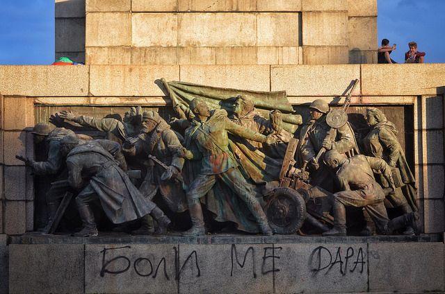 """Паметникът на Съветската армия в центъра на София често бива """"коментиран"""" от граждани посредством боядисване или надписи. Снимка: Емил Георгиев - """"Не съветската армия, нашият народ спаси българските евреи"""""""