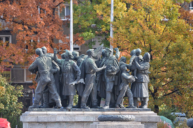 Близо 30 години след Десети ноември продължаваме да полагаме ритуални венци пред Паметника на нашите поробители в сърцето на столицата. Снимка: Емил Георгиев - След Десети пълзим обратно към Девети