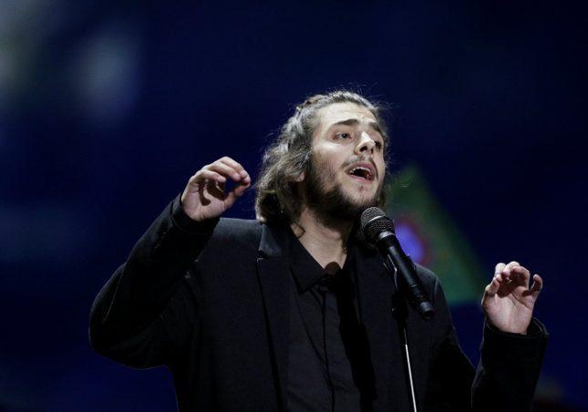 """Португалецът Салвадор Собрал спечели """"Евровизия"""" тази година без специално шоу и ефекти, а просто с хубава песен, композирана от сестра му. Снимка: ЕПА/БГНЕС - БНТ търси не просто песен, а стратегия за (победа на) """"Евровизия"""""""